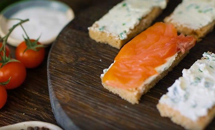 Поверх сырной массы выкладываем ломтики лосося.