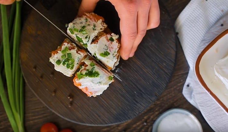 разрезаем бутерброды на маленькие квадратики.
