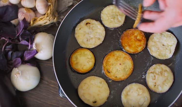 Обжариваем баклажаны на сковороде до золотистого цвета.