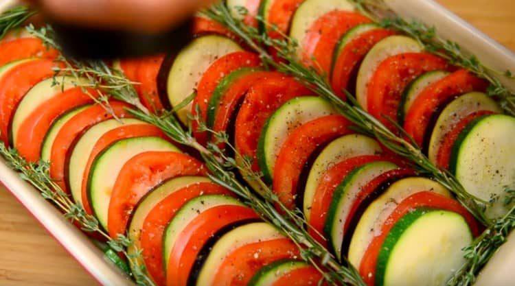Посыпаем овощи солью и перцем.
