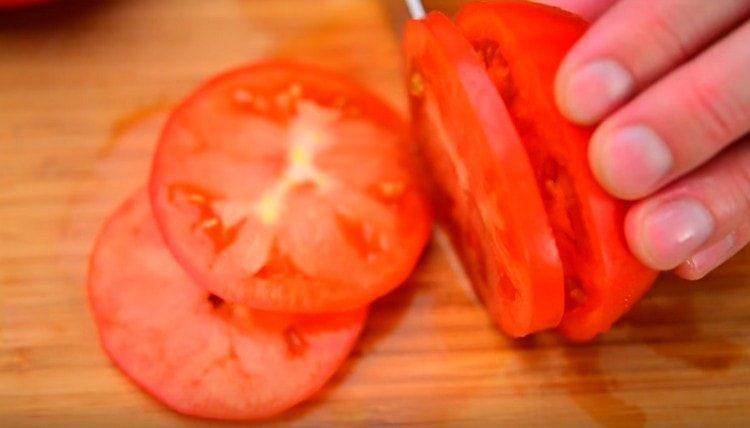 нарезаем кружочками помидоры.