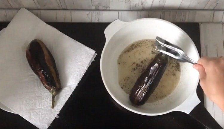 Обжариваем баклажаны на растительном масле. перекладываем на салфетки.
