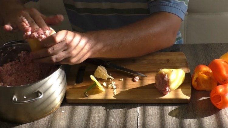 начиняем перцы подготовленным ранее фаршем.