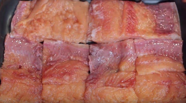 выкладываем кусочки рыбы в форму для запекания.