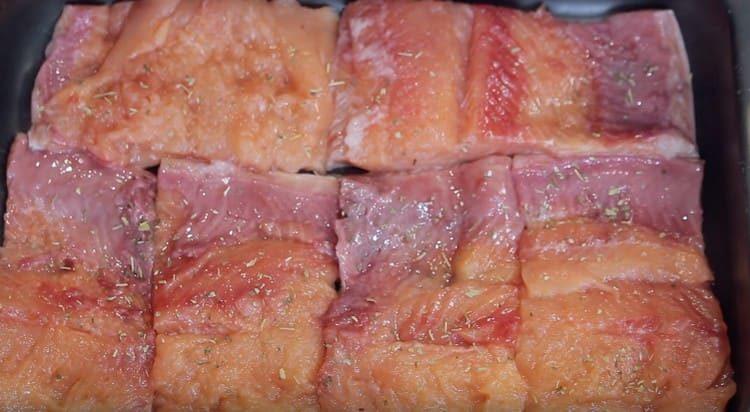 Перчим рыбу, добавляем специи.