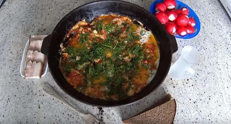 Вот мы и рассказали, как приготовить яичницу с помидорами.