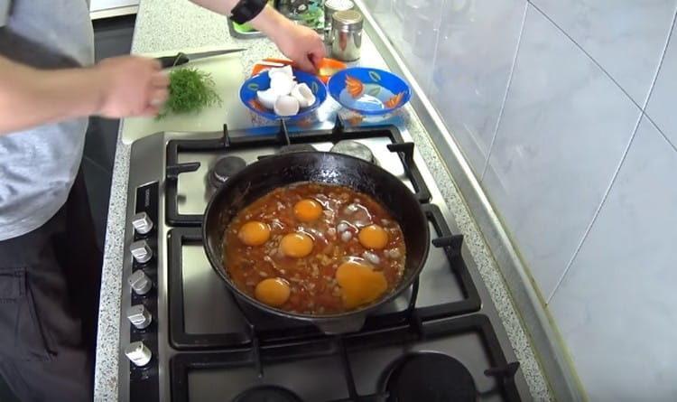 Выбиваем на сковороду яйца.