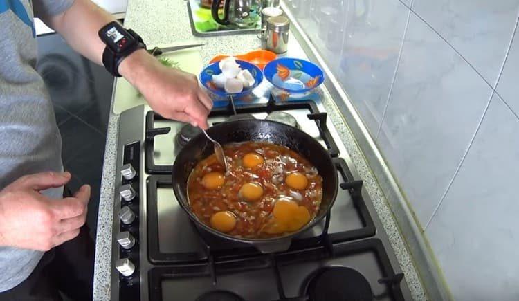 Аккуратно перемешиваем яичные белки с помидорами.