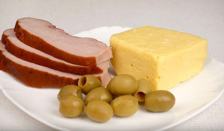 Для этого вида закуски нужен сыр, ветчина и оливки.