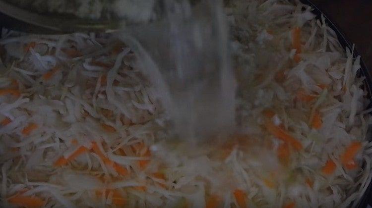 Когда маринад закипит, заливаем капусту.