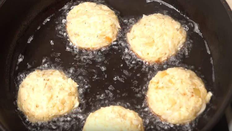 Формируем котлеты и выкладываем на разогретую сковороду с растительным маслом.
