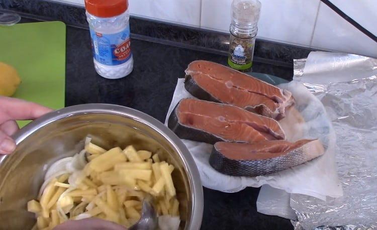 Картошку с луком перемешиваем, солим.