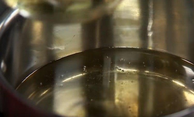 В сотейнике разогреваем много растительного масла.