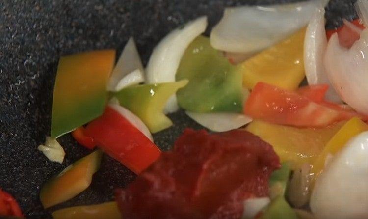 Добавляем к овощам томатную пасту.
