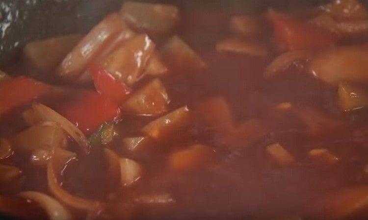 Вводим крахмал в овощной соус.