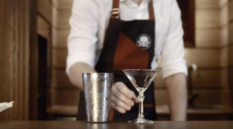 Из бокала для подачи напитка убираем лед.