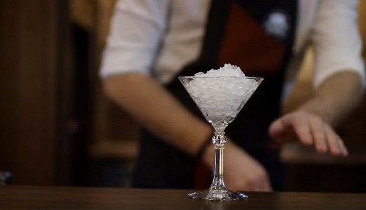 Бокал для подачи коктейля наполняем льдом.