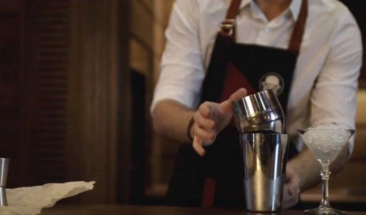 В стакан от шейке насыпаем лед, поверх него устанавливаем шейкер.