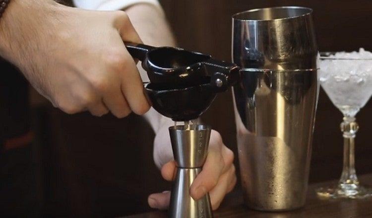 Выдавливаем сок из лайма.