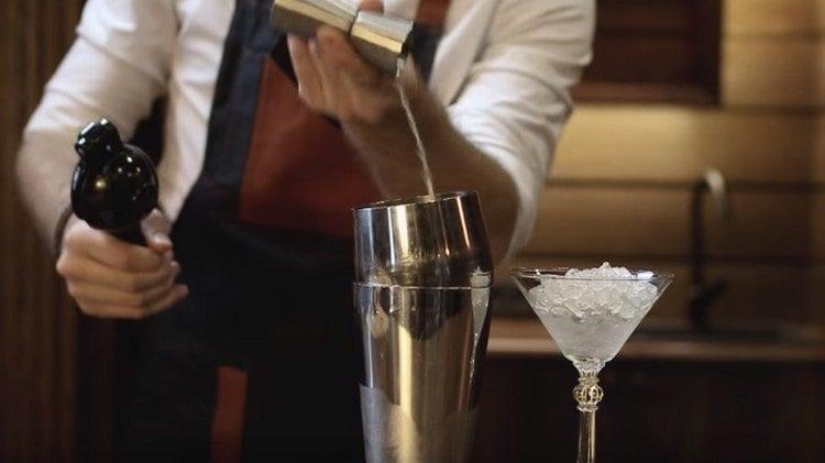 Добавляем лаймовый сок к уже имеющимся в шейкере компонентам.
