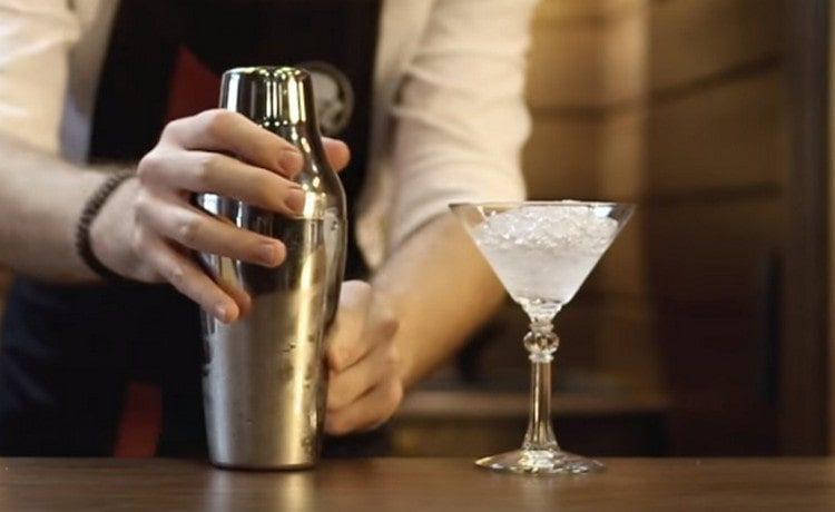 Сливаем со стакана шейкера талую воду, переливаем содержимое шейкера в стакан и взбиваем.