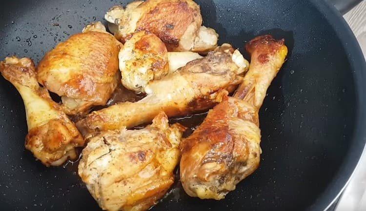 До золотистого цвета обжариваем кусочки курицы на растительном масле.