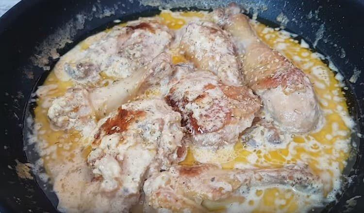 Выкладываем кусочки курицы, тушим, и ароматная курица в сливочном соусе готова.