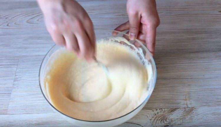 Тщательно перемешиваем тесто и оставляем, чтобы манка набухла.