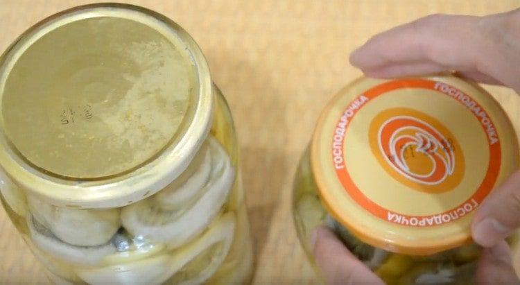 По этому рецепту маринованные шампиньоны на зиму получаются очень вкусными и ароматными.