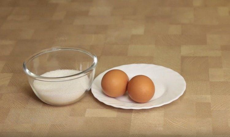 Нам понадобится сахар и яйца комнатной температуры.