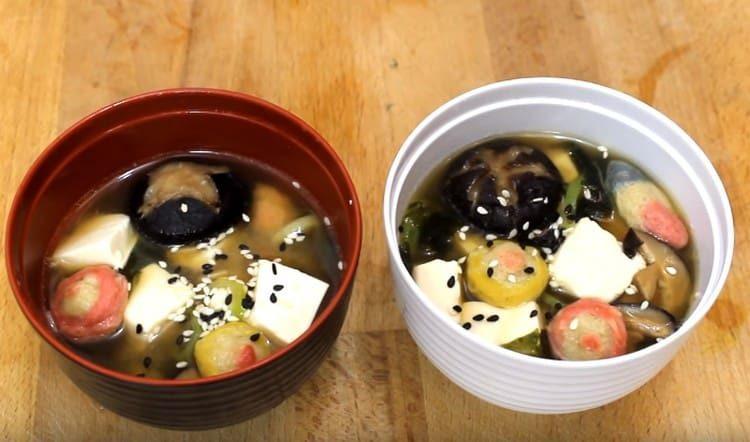 При подаче мисо суп можно посыпать кунжутом.