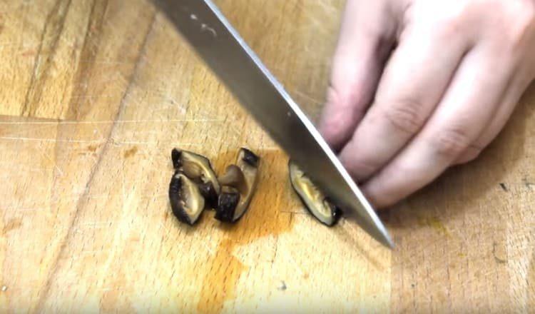 Нарезаем отваренные грибы.