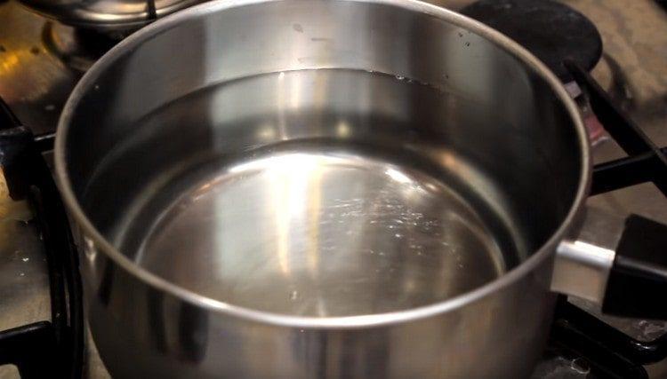 Ставим закипать воду для супа.