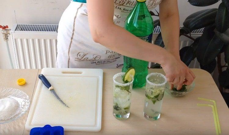 Украшаем стаканы с напитком мятой и кусочками лайма.