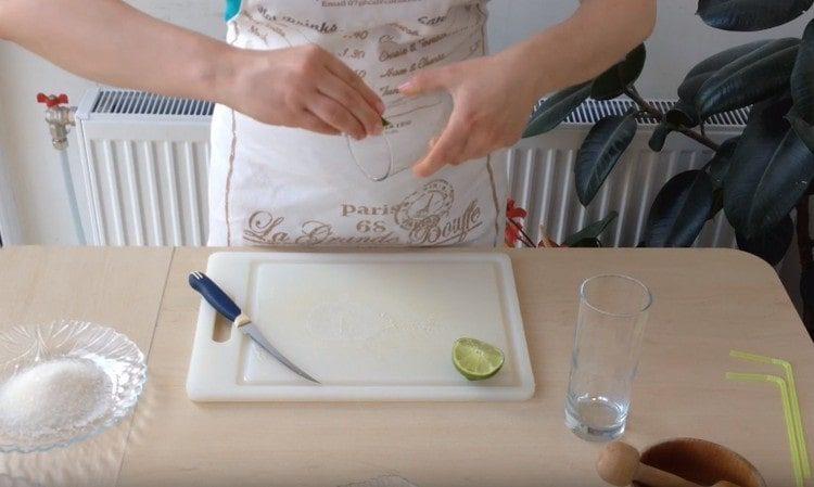 Края стакана для подачи мохито натираем лаймом.
