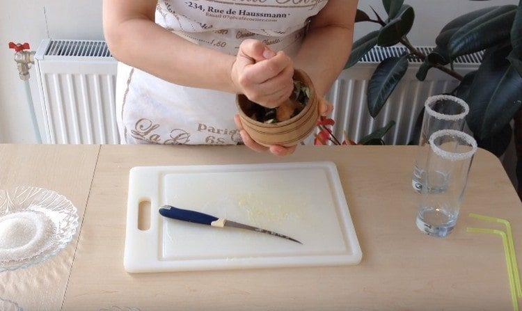 Перетираем ингредиенты в ступке.