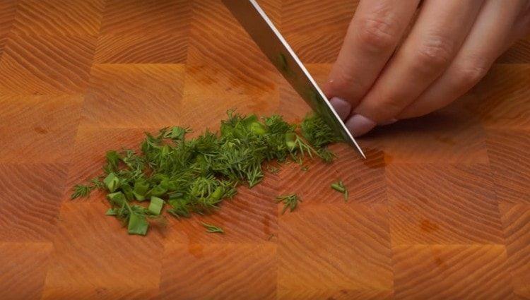 Измельчаем зеленый лук и укроп.
