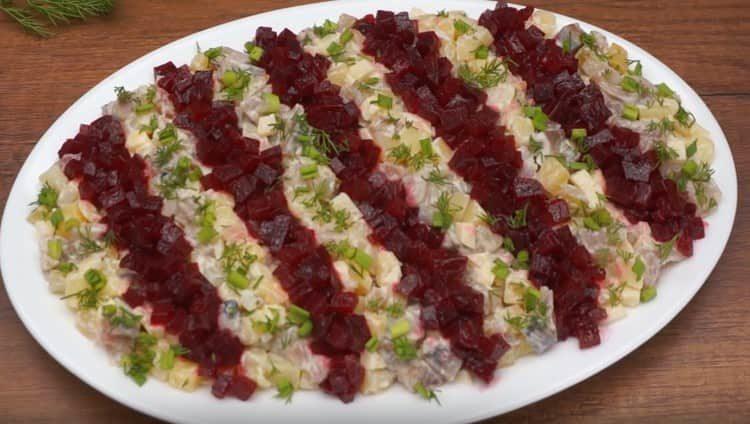 Украшаем новогодний салат зеленью.