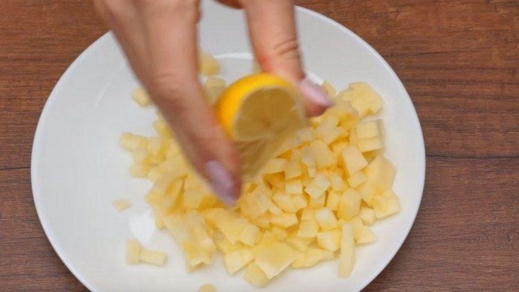 Сбрызгиваем яблоко лимонным соком.