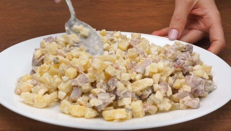 разравниваем салат, выложив его на блюдо.