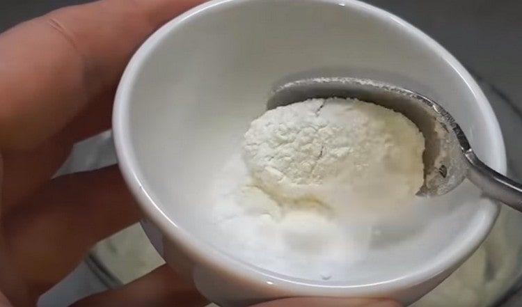 В 20 г муки размешиваем соду и добавляем в тесто.