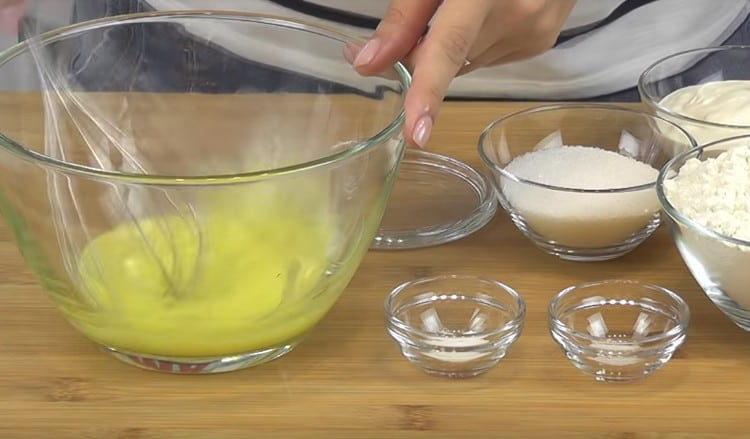 В миску выбиваем яйца и взбиваем их венчиком.