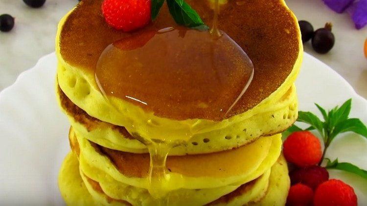 Панкейки, приготовленные на кефире, можно подавать с ягодами, медом, сладкими соусами.