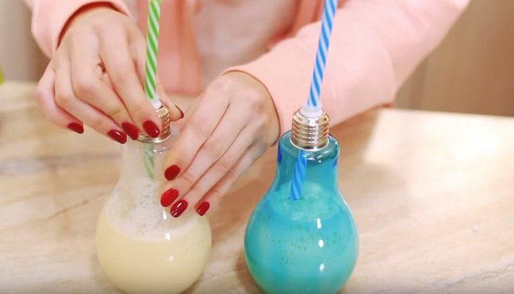 Подавать коктейль пина колада можно в красивых стаканах.