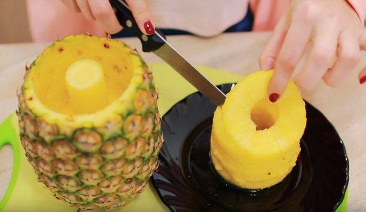 Отрезаем кружочек ананаса и выкладываем в чашу блендера.