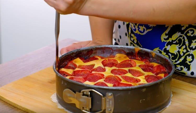 Осторожно отделяем пирог от бортиков формы.