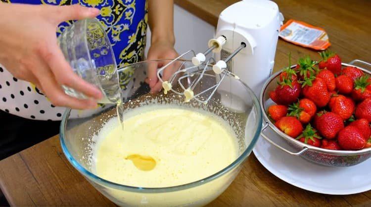 Добавляем в яичную массу сметану и растительное масло.