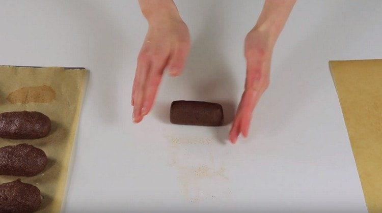 Из каждой порции массы формируем колбаску.