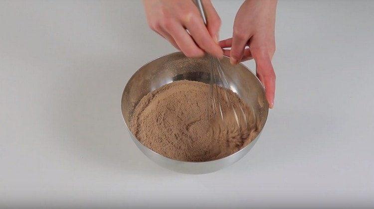 Сначала вмешиваем сухие компоненты для приготовления бисквита.