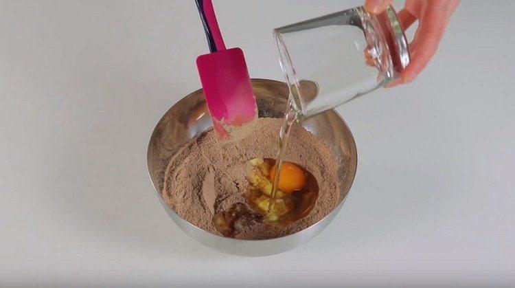 Добавляем к сухим ингредиентам сливочное и растительное масло, яйцо.